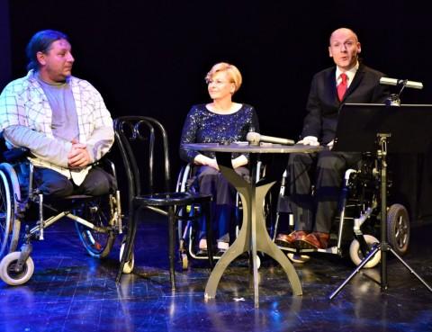 Beata Wachowiak-Zwara (pełnomocnik prezydenta Gdyni ds. osób niepełnosprawnych) oraz Piotr Pawłowski (prezes Integracji) podczas gali Gdynia bez barier