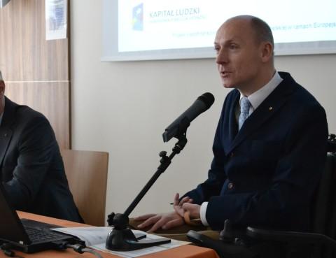 Piotr Pawłowski przemawiający podczas konferencji o dostępności stron internetowych zorganizowanej przez Ministerstwo Administracji i Cyfryzacji i Integrację