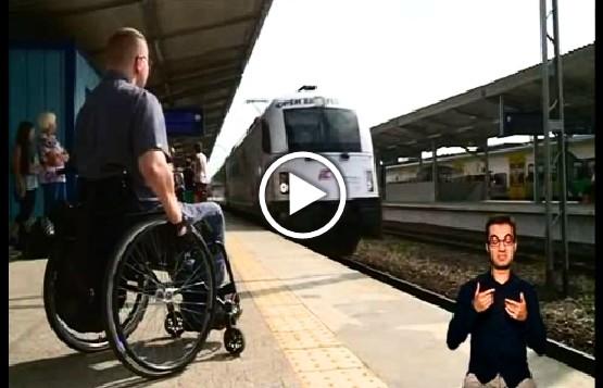 Mężczyzna poruszający się na wóżku na peronie kolejowym