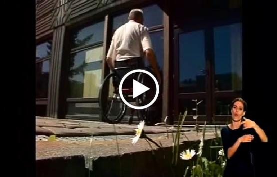 Mężczyana na wózku wchodzący do budynku