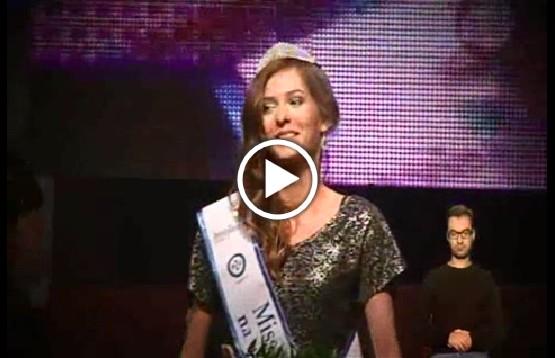 """Kadr z odcinka programu """"Misja Integracja"""" Julia Trola odbierająca nagrodę dla Miss Polski na wózku"""
