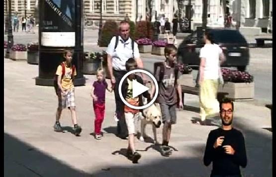 Paweł Wdówik na spacerze z dziećmi