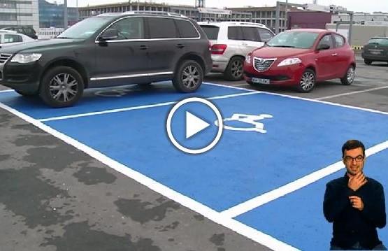 Parking z oznaczonym miejscem do parkowania dla osób z niepełnosprawnością
