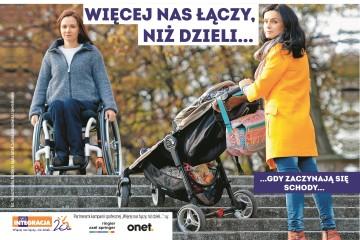 Kobieta z małym dzieckiem w spacerówce i kobieta na wózku inwalidzkim mają problem z wysokimi schodami. Przed nimi napis: Więcej nas łączy, niż dzieli