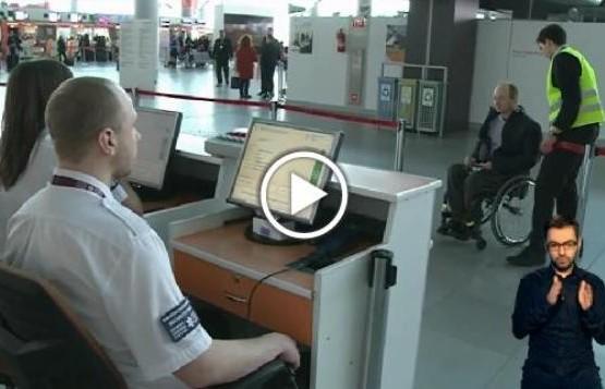 Obsługa pasażera na wózku na Lotnisku Chopina w Warszawie