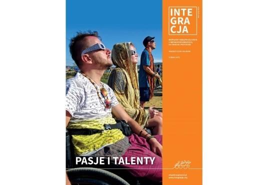 okładka magazynu Integracja - mężczyzna i kobieta na wózkach patrzą w stronę słońca