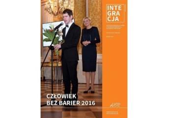 Okładka magazynu Integracja, a na niej Grzegorz Płonka, Człowiek bez barier 2016. Za nim stoi Agata Kornhauser-Duda, Małżonka Prezydenta RP