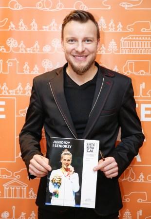 Piotr Kupicha z okładką magazynu Integracja