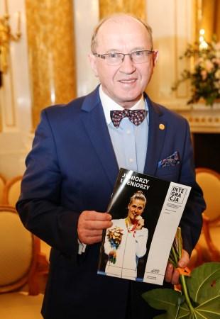 prof. Skarżyński z okładką magazynu Integracja