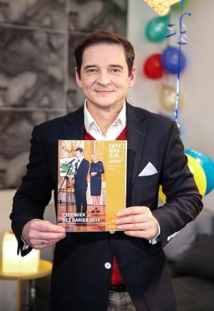 Przemysław Babiarz z okładką magazynu Integracja