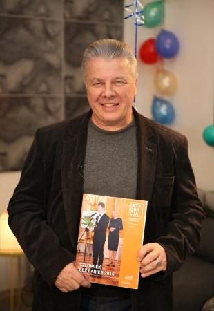 Emilian Kamiński z okładką magazynu Integracja