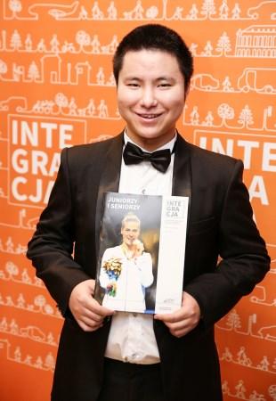 Xin Luo z okładką magazynu Integracja
