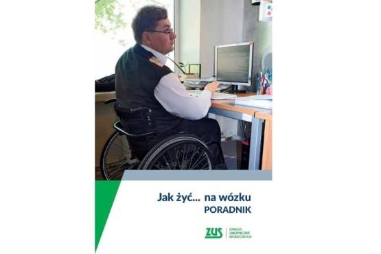 Okładka poradnika Jak żyć... na wózku. Na zdjęciu mężczyzna na wózku pracuje na komputerze