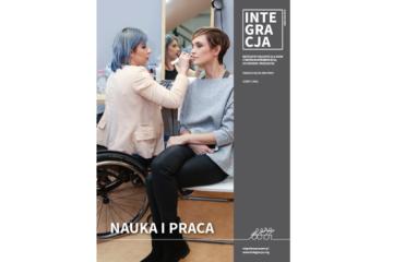 Okładka magazynu Integracja: poruszająca się na wózku makijażystka Marzena Bartosz robi makijaż Paulinie Chylewskiej