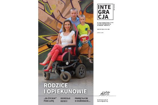 Okładka magazynu Integracja. Na zdjęciu Uśmiechnięta kobieta na wózku elektrycznym, za nią jej mąż i kilkuletni synek. Napis: Rodzice i Opiekunowie