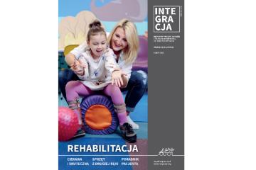 Okładka magazynu Integracja. Na okładce zdjęcie roześmianej kobiety przytrzymującej dziewczynkę w czasie rehabilitacji. Tytuł na okładce: Rehabilitacja