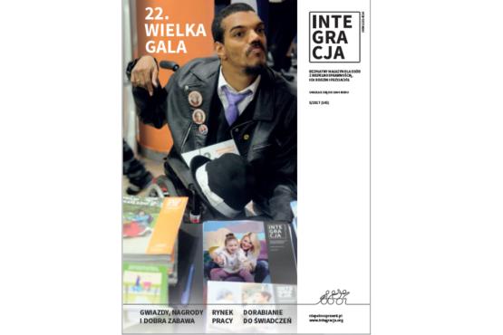 Okładka magazynu Integracja. Na okładce mężczyzna na wózku, przed nim leżą magazynu Integracja