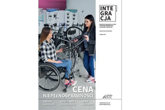 Okładka magazynu Integracja 1/2018: jedna dziewczyna o kulach podaje koło od wózka dziewczynie na wózku w sklepie