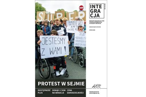Okładka magazynu Integracja z głównym tytułem: Protest w Sejmie. Na zdjęciu manifestanci trzymają transparenty. Na pierwszym planie młody mężczyzna na wózku z transparentem: Jesteśmy z Wami!
