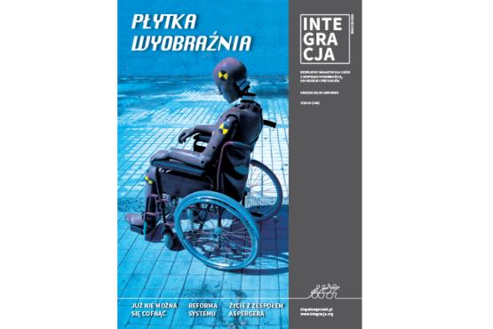 Okładka magazynu Integracja. Na zdjęciu manekin siedzi na wózku ze złamanym kręgosłupem na odcinku szyjnym. Napis: Płytka wyobraźnia