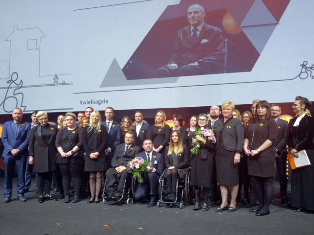 wspólne zdjęcie pracowników Integracji na scenie