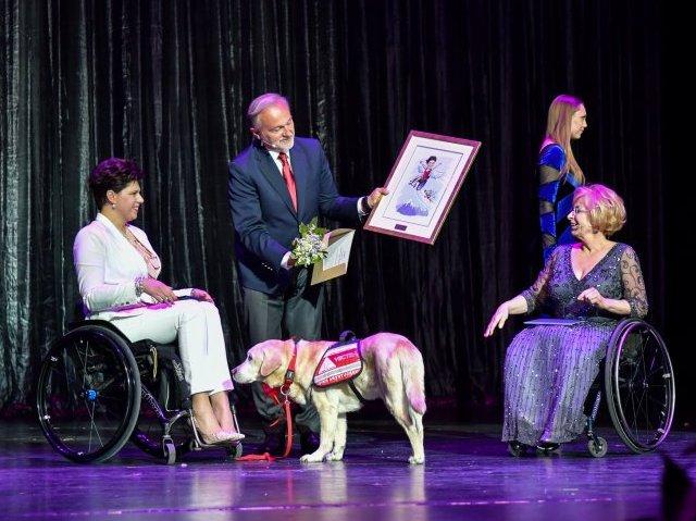 Scena na gali Gdynia bez barier. Od lewej: Anna Dobkowska z psem przewodnikiem, prezydent Szczurek i pełnomocnik prezydenta Beata Wachowiak-Zwara