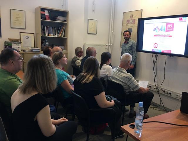 Piotr Sienica przed grupą uczestników giełdy pracy wygłasza prelekcję