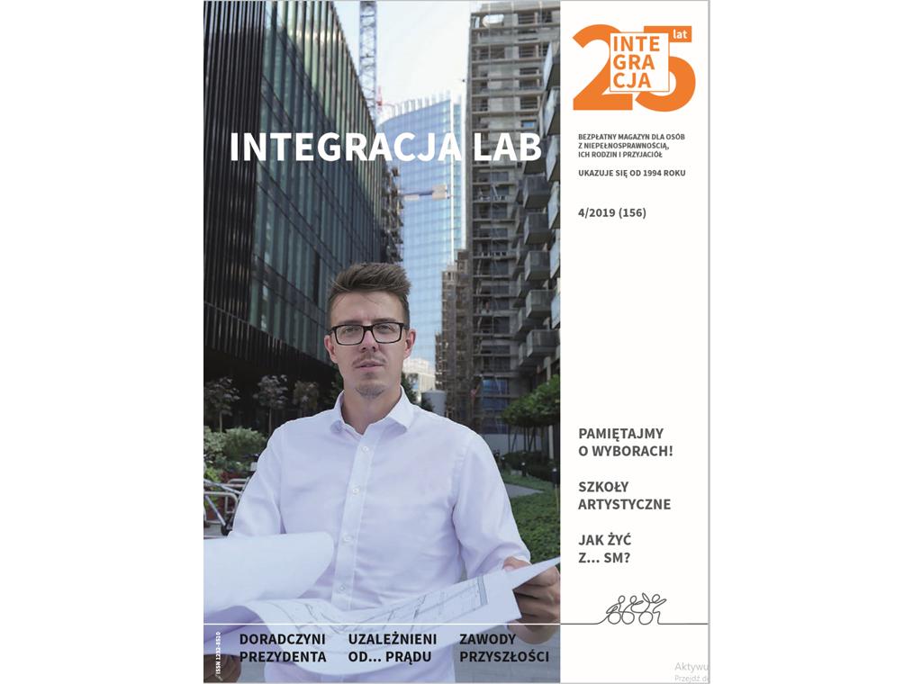 Okładka magazynu Integracja. Na okładce tytuł Integracja LAB i zdjęcie architekta z rozłożonymi planami budynku, w tle wieżowce