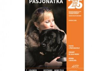 Okładka magazynu Integracja. Na zdjęciu młoda kobieta przytula psa. Główny napis brzmi: Pasjonatka