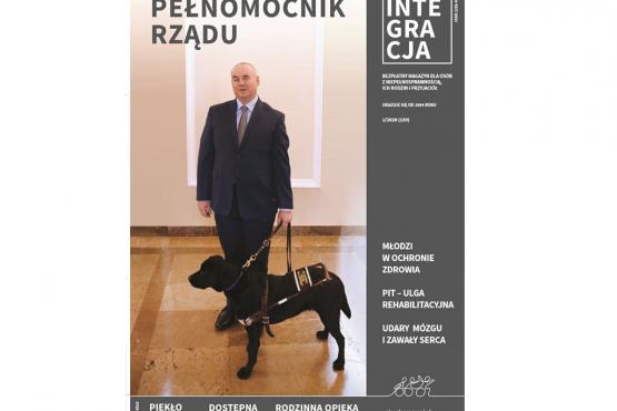 Okładka magazynu Integracja - pełnomocnik rządu Paweł Wdówik z psem przewodnikiem