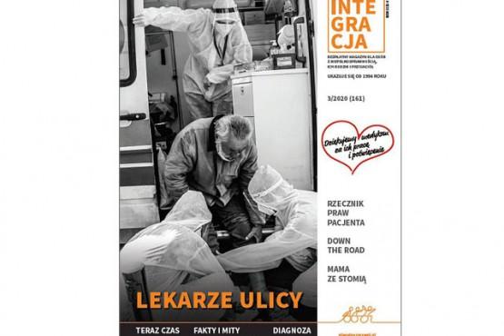 Okładka magazynu Integracja. Na okładce zdjęcie ambulansu pogotowia, przed którym dwoje lekarzy w białych kombinezonach ogląda opuchnięte nogi bezdomnego mężczyzny. Tytuł: lekarze ulicy