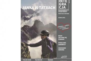 okładka nowego magazynu Integracja: starsza kobieta w kasku i zimowej sportowej kurtce wchodzi na szczyt góry, w tle chmury i góry