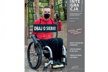 Okładka magazynu Integracja. Na zdjęciu młody mężczyzna w maseczce na wózku, trzyma zwisającą linę na placu do treningów. Napis brzmi: dbaj o siebie!