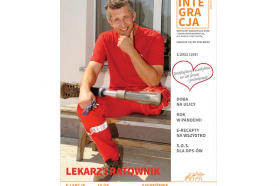 Okładka magazynu Integracja. Na okładce uśmiechnięty ratownik pogotowia z protezą nogi