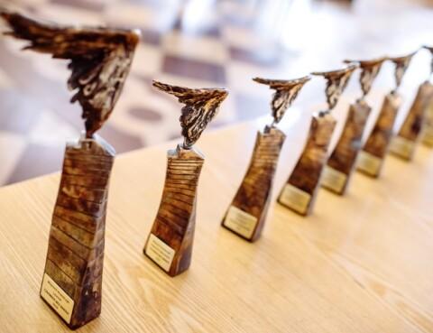 statuetki konkursu stoją w rzędzie na stole